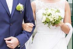 Άσπρα νυφικά φόρεμα και bleue κοστούμι γαμήλιων ζευγών Στοκ Φωτογραφίες