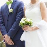 Άσπρα νυφικά φόρεμα και bleue κοστούμι γαμήλιων ζευγών Στοκ Εικόνες