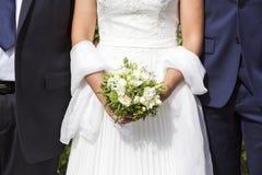 Άσπρα νυφικά φόρεμα και bleue κοστούμι γαμήλιων ζευγών Στοκ φωτογραφία με δικαίωμα ελεύθερης χρήσης