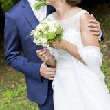 Άσπρα νυφικά φόρεμα και bleue κοστούμι γαμήλιων ζευγών Στοκ εικόνα με δικαίωμα ελεύθερης χρήσης