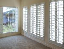 Άσπρα ξύλινα παραθυρόφυλλα ύφους φυτειών στοκ φωτογραφία με δικαίωμα ελεύθερης χρήσης