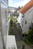 Άσπρα ξύλινα σπίτια στο παλαιό μέρος του Μπέργκεν, Νορβηγία Στοκ φωτογραφία με δικαίωμα ελεύθερης χρήσης