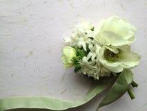 Άσπρα λουλούδια άνοιξη με την πράσινη κορδέλλα Στοκ Εικόνα