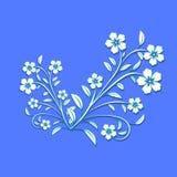 Άσπρα λουλούδια με την μπλε πορεία στο μπλε υπόβαθρο Για το σχέδιο, wal ελεύθερη απεικόνιση δικαιώματος
