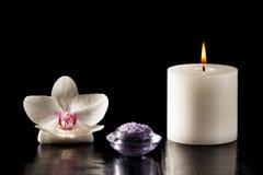 Άσπρα λουλούδι ορχιδεών, κερί και άλας θάλασσας για τις διαδικασίες SPA στο β Στοκ φωτογραφία με δικαίωμα ελεύθερης χρήσης
