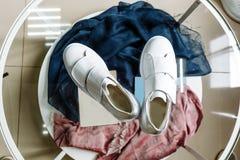 Άσπρα πάνινα παπούτσια με ένα αστέρι φιαγμένο από rhinestones στο τακούνι σε έναν πίνακα γυαλιού στοκ εικόνες με δικαίωμα ελεύθερης χρήσης