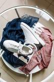 Άσπρα πάνινα παπούτσια με ένα αστέρι φιαγμένο από rhinestones στο τακούνι σε έναν πίνακα γυαλιού στοκ εικόνα με δικαίωμα ελεύθερης χρήσης