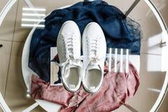 Άσπρα πάνινα παπούτσια με ένα αστέρι φιαγμένο από rhinestones στο τακούνι σε έναν πίνακα γυαλιού στοκ εικόνες