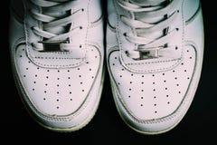 Άσπρα πάνινα παπούτσια που απομονώνονται στο μαύρο υπόβαθρο στοκ εικόνες