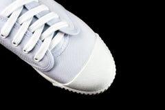 Άσπρα πάνινα παπούτσια που απομονώνονται στο μαύρο υπόβαθρο Στοκ φωτογραφίες με δικαίωμα ελεύθερης χρήσης