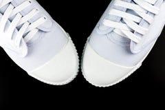 Άσπρα πάνινα παπούτσια που απομονώνονται στο μαύρο υπόβαθρο Στοκ Φωτογραφίες