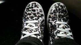 Άσπρα πάνινα παπούτσια τυπωμένων υλών λεοπαρδάλεων Στοκ εικόνα με δικαίωμα ελεύθερης χρήσης