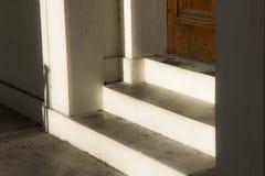 Άσπρα πέτρινα βήματα γρανίτη και παλαιό ξύλινο ιστορικό κτήριο πορτών Στοκ εικόνες με δικαίωμα ελεύθερης χρήσης