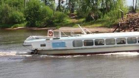 Άσπρα πανιά επιβατηγών πλοίων στον ποταμό στην ηλιόλουστη θερινή ημέρα απόθεμα βίντεο