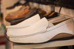 Άσπρα παπούτσια για τα άτομα Στοκ Εικόνες