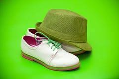 Άσπρα παπούτσια και πράσινο καπέλο Στοκ φωτογραφία με δικαίωμα ελεύθερης χρήσης