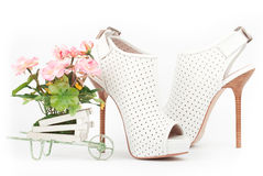 Άσπρα παπούτσια με τα ρόδινα λουλούδια Στοκ εικόνα με δικαίωμα ελεύθερης χρήσης