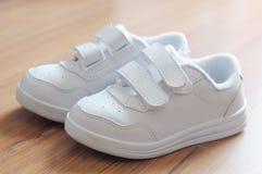 Άσπρα παπούτσια παιδιών στοκ εικόνες
