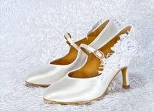 Άσπρα παπούτσια της νύφης στοκ φωτογραφία