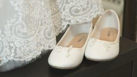 Άσπρα παπούτσια χωρίς τα τακούνια και γαμήλιο φόρεμα φιλμ μικρού μήκους