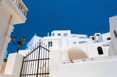 Άσπρα πεζούλια Santorini Στοκ φωτογραφία με δικαίωμα ελεύθερης χρήσης