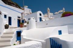 Άσπρα πεζούλια Santorini Στοκ εικόνες με δικαίωμα ελεύθερης χρήσης