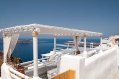 Άσπρα πεζούλια Santorini Στοκ Εικόνα