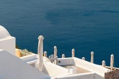 Άσπρα πεζούλια Santorini Στοκ Εικόνες