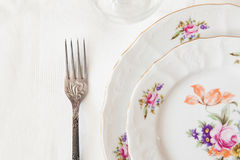 Άσπρα πιάτα, ένα δίκρανο, wineglass Στοκ φωτογραφίες με δικαίωμα ελεύθερης χρήσης