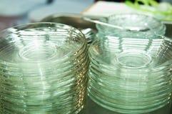 Άσπρα πιάτα για να βάλει το κέικ στο δίσκο Στοκ φωτογραφία με δικαίωμα ελεύθερης χρήσης
