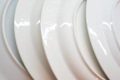 Άσπρα πιάτα - εικόνα αποθεμάτων Στοκ εικόνα με δικαίωμα ελεύθερης χρήσης