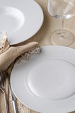 Άσπρα πιάτα και γυαλί εστιατορίων Στοκ Φωτογραφία