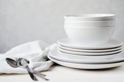 Άσπρα πιάτα και κύπελλα Στοκ εικόνες με δικαίωμα ελεύθερης χρήσης