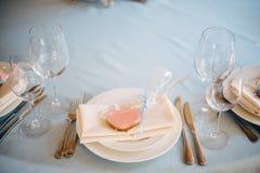 Άσπρα πιάτα με τα ρόδινα μπισκότα καρδιά-μορφής στα πιάτα Στοκ Φωτογραφία
