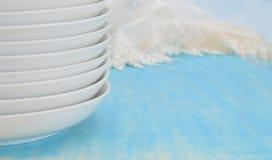 Άσπρα πιάτα στη βάση στο μπλε Στοκ Εικόνα