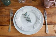 Άσπρα πιάτα στον ξύλινο πίνακα στοκ φωτογραφία με δικαίωμα ελεύθερης χρήσης