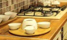 Άσπρα πιάτα στον πίνακα κουζινών Στοκ εικόνα με δικαίωμα ελεύθερης χρήσης