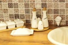Άσπρα πιάτα στον πίνακα κουζινών Στοκ φωτογραφία με δικαίωμα ελεύθερης χρήσης