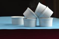 Άσπρα πιάτα ψησίματος πορσελάνης ramekin μίνι στοκ εικόνες