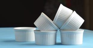 Άσπρα πιάτα ψησίματος πορσελάνης ramekin στοκ φωτογραφία