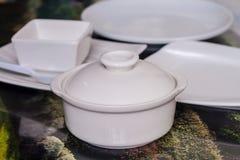 Άσπρα πιάτο και κύπελλο κεραμικής Στοκ Εικόνα