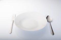 Άσπρα πιάτο, κουτάλι και δίκρανο Στοκ φωτογραφίες με δικαίωμα ελεύθερης χρήσης