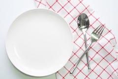 Άσπρα πιάτο μαχαιριών και κουτάλι δικράνων Στοκ φωτογραφία με δικαίωμα ελεύθερης χρήσης