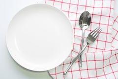 Άσπρα πιάτο μαχαιριών και κουτάλι δικράνων Στοκ εικόνα με δικαίωμα ελεύθερης χρήσης