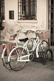 Άσπρα ποδήλατα πόλεων με το καλάθι Στοκ εικόνες με δικαίωμα ελεύθερης χρήσης