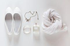 Άσπρα πράγματα, παπούτσια, μαντίλι, αρώματα και κόσμημα Στοκ Εικόνες