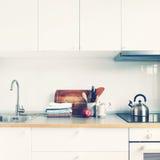 Άσπρα προϊόντα της Apple εξαρτημάτων κουζινών εσωτερικά Στοκ Φωτογραφίες