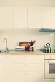 Άσπρα προϊόντα της Apple εξαρτημάτων κουζινών εσωτερικά Στοκ φωτογραφία με δικαίωμα ελεύθερης χρήσης