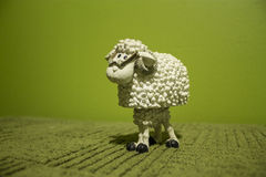 Άσπρα πρόβατα παιχνιδιών στο πράσινο υπόβαθρο Στοκ Φωτογραφίες