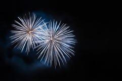 Άσπρα πυροτεχνήματα με το copyspace Στοκ φωτογραφία με δικαίωμα ελεύθερης χρήσης